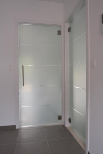 Hardglazen deur in een geschilderde omkasting.
