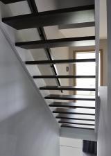 De open trap van onder gezien.