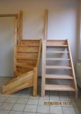 De Linkse trap is een Standaard open rechte trap in Rubberwood 33 mm afgewerkt met Witte beits en 2 lagen kleurloze vernis.