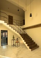 Z-trap in Franse Eik, trap met midden- en aankomstbordes. Trap is 1,30m breedte.